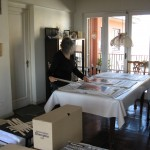 Laura ordenando afiches