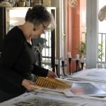 Laura ordenando grabados